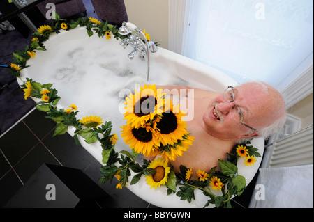TV Meteorologe Michael Fish in ein Bad, eine solar-Energie-Initiative mit East Sussex Energiepartnerschaft zu fördern. - Stockfoto