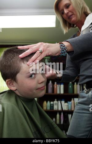 Nicht begeistert junge bekommen einen Haarschnitt - Stockfoto