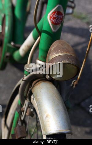 Alte rostige Fahrrad vordere Lampe, Italien. - Stockfoto