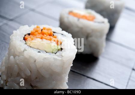 ein gekippter flacher Fokus horizontale Makro 3 Rollen von sushi - Stockfoto