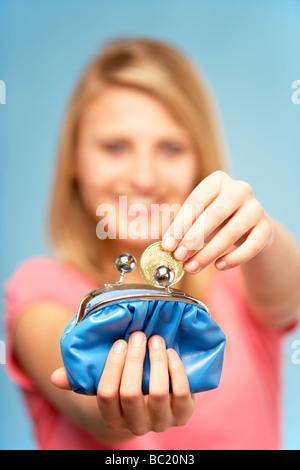 Teenager-Mädchen Holding Geldbörse - Stockfoto