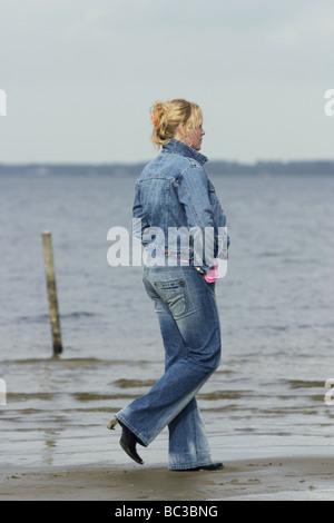 Frau zu Fuß, körperliche Betätigung, Achtsamkeit - Stockfoto