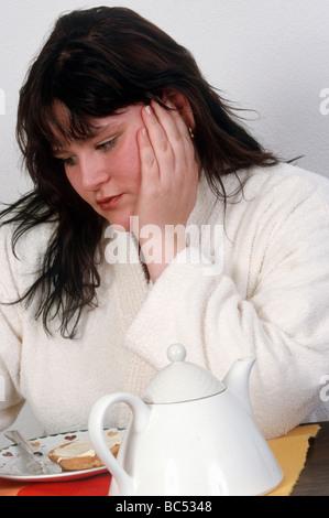Junge übergewichtige Frau auf Diät - Stockfoto