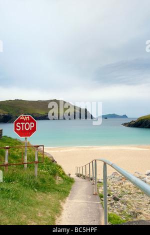 Stoppschild mit Graffiti auf Gehweg zum Strand von Clogher Head, Co.Kerry, Irland - Stockfoto