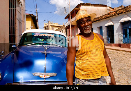 Porträt von lokalen Mann vor klassischen 50er Jahre blau Chevy auf Straßen von Trinidad Kuba - Stockfoto