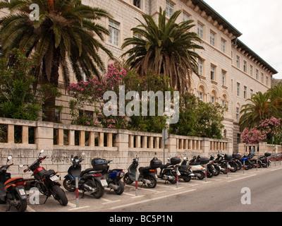 Motorroller auf Ul geparkt. Frana Supila außerhalb der alten Stadtmauern von Dubrovnik, Kroatien. - Stockfoto