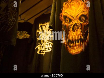 Schuss von Neuheit Goth Stil dekoriert T-shirts hängen von der Decke ein Bekleidungsgeschäft. Swanage. Dorset. VEREINIGTES - Stockfoto