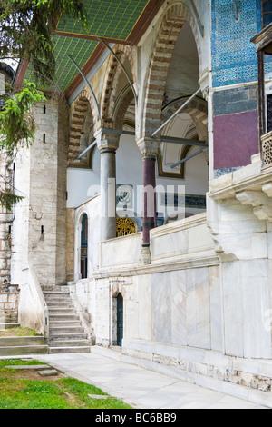 Türkei, Istanbul, Topkapi-Palast, Außenansicht des Detail Schritte Säulen, Bögen & verzierten Dekor an Wänden - Stockfoto