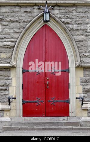 Rote Tür der Christuskirche in Stadt Montreal, Quebec, Kanada - Stockfoto