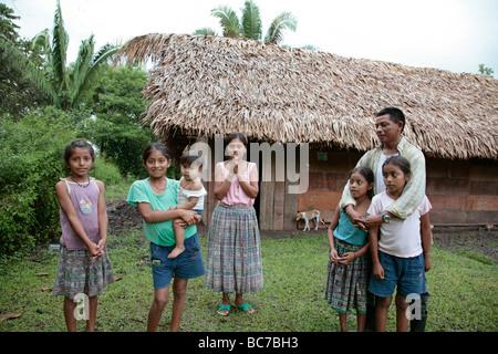 Painet jj1592 Familienmenschen Haus Person Kinder Guatemala Maya Guadalupe Indianerdorf Petén Lateinamerika Mittel - Stockfoto