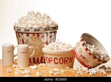 Popcorn oder knallende Mais ist eine Art von Mais, die aus dem Kern explodiert und bläht sich beim Erhitzen. - Stockfoto