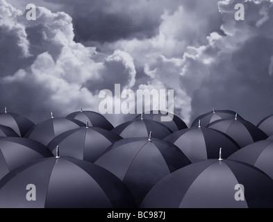 Stilisierte Darstellung der Schirme unter Gewitterhimmel - Stockfoto