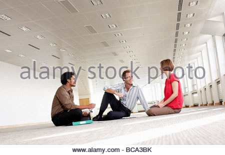 Geschäftsleute mit Treffen in leeren Büro - Stockfoto
