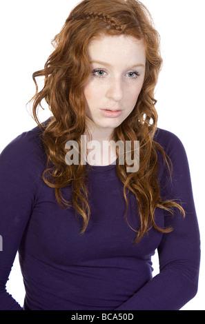 Schuss von einem roten Spitze Teen suchen traurig vor weißem Hintergrund - Stockfoto