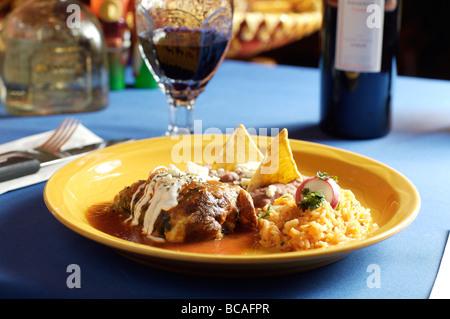 Gebackene Poblano-Paprika gefüllt mit Käse und beschichtet mit Baiser - Stockfoto