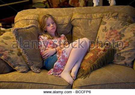 Eine 10-Jahr-altes Mädchen entspannt vor dem Fernseher. - Stockfoto