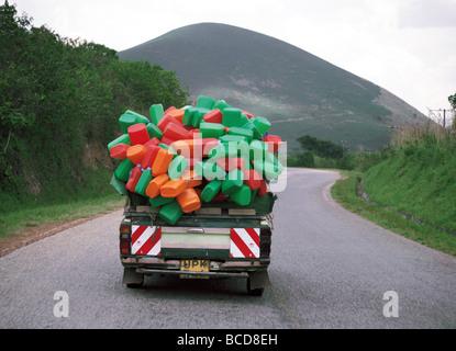 Pickup geladen mit Kunststoff Wasserbehälter an der Kabale Ruanda Road in Süd-West-Ost-Afrika Uganda - Stockfoto