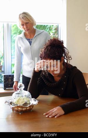 Rothaarige Mutter und Stieftochter Kendra James und Crystal Orchid gehen aufeinander los