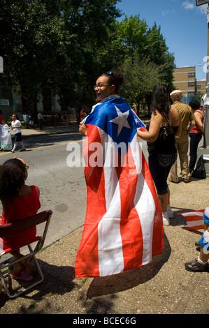 Die Brooklyn Puerto Rican Day Parade marschiert durch die Nachbarschaft Bushwick, Brooklyn in New York - Stockfoto