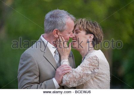 Eine Braut und Bräutigam an ihrem Hochzeitstag. - Stockfoto