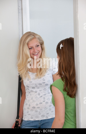 Zwei Mädchen im Teenageralter sprechen - Stockfoto