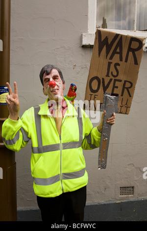Ein Mann hält ein Anti-Kriegs-Plakat an der Durham Miner Gala. - Stockfoto