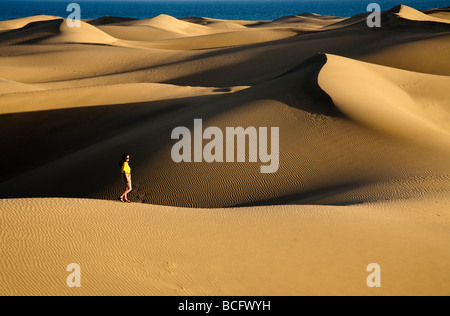 Frau auf Sanddünen Maspalomas Gran Canaria Kanaren Spanien - Stockfoto
