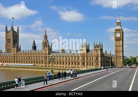 Houses of Parliament, Big Ben und Westminster Bridge entfernt einige Fahrbahnmarkierungen digital - Stockfoto