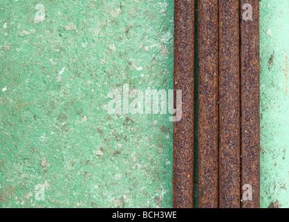 Alten verfallenen Mauer mit rostigen Rohren Hintergrund - Stockfoto