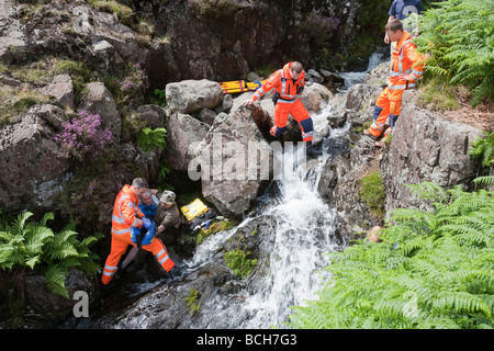 Bergrettung und Air Ambulance auf einem Berg retten Vorfall im Lake District, UK. - Stockfoto