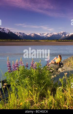 Junges Paar Wandern entlang 20 Meile Fluss w/Lupine AK SC Chugach SP Chugach Mtns - Stockfoto