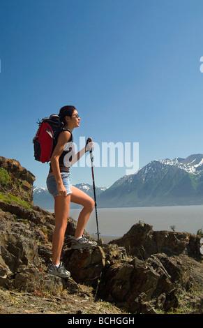 Frau Wanderer entlang Turnagain Arm SC Alaska Sommer - Stockfoto