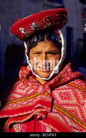 Einheimische Quechua-Frau in traditioneller Tracht Ollaytantambo Urubamba-Tal Peru - Stockfoto