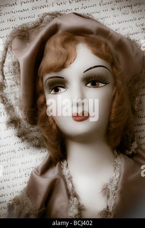 Alte Puppe auf alten Brief - Stockfoto