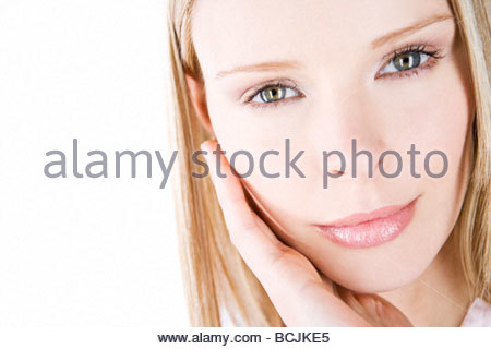 Ein Porträt einer jungen Frau mit der Hand berühren ihr Gesicht - Stockfoto