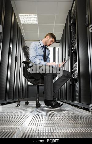 Computer-Techniker an einem Server arbeitet - Stockfoto