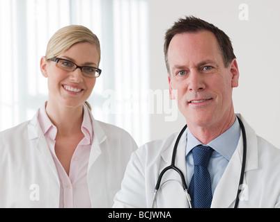 Zwei lächelnde Ärzte - Stockfoto
