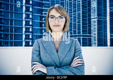 Junge hübsche Geschäftsfrau starrte in Kamera - Stockfoto