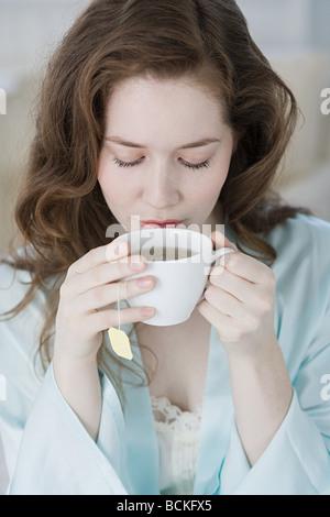 Frau mit Kräutertee - Stockfoto