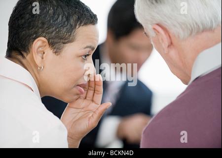 Frau treffen zu flüstern - Stockfoto