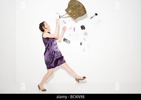 Frau und Gegenstände aus der Handtasche - Stockfoto