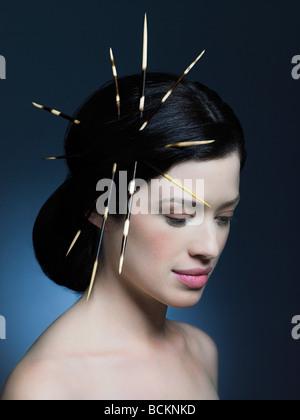 Junge Frau mit Stachelschweinborsten in Haar