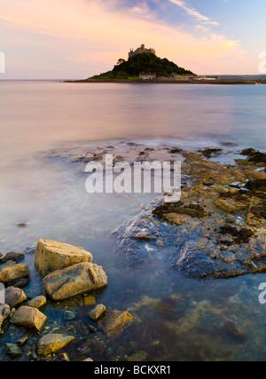 Sonnenuntergang Foto von Marazion mit St Michaels Mount in Cornwall England Großbritannien Abstand - Stockfoto