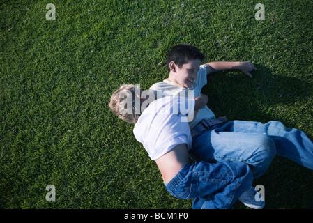 Zwei Jungs auf dem Rasen, erhöhte Ansicht Ringen - Stockfoto