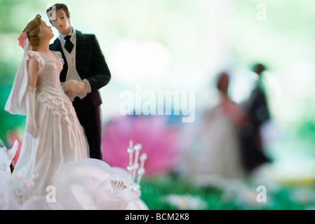 Braut und Bräutigam Plastikfiguren, close-up - Stockfoto
