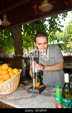 Kreditor presst Orangen Saft, um Touristen zu dienen. Ephesus. - Stockfoto