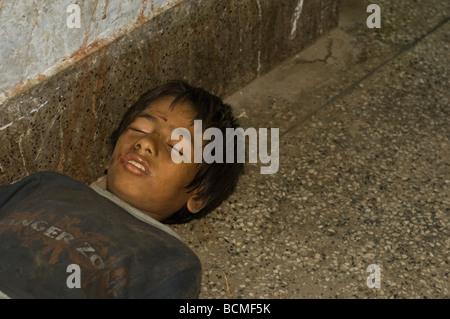 obdachloser junge schlafen auf boden bahnhof khulna bangladesch stockfoto bild 25037181 alamy. Black Bedroom Furniture Sets. Home Design Ideas