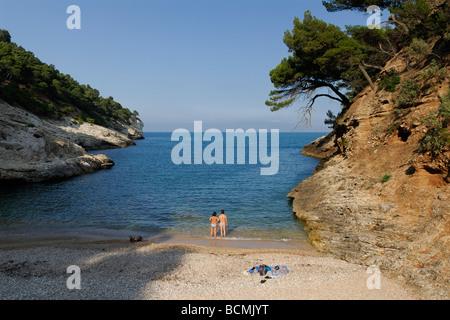 Vieste Apulien Italien Gargano Region paar am Strand, Blick auf das Meer von der kleinen Bucht Cala della Pergola - Stockfoto
