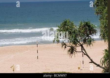 Ein Volleyballnetz am Strand im Hotel Erbe, Ahungalla, Sri Lanka. - Stockfoto