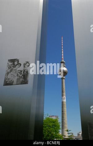 Berlin Deutschland Fernsehturm Fernsehturm auf dem Alexanderplatz gesehen von Marx-Engels-Forum - Stockfoto